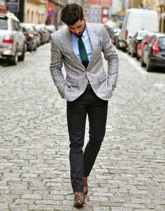 Как и с чем носить: серый пиджак в шотландскую клетку, голубая классическая рубашка, черные брюки чинос, коричневые кожаные лоферы с кисточками