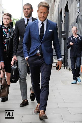Любителям стиля smart casual придется по душе сочетание темно-синего пиджака и темно-синих брюк чинос. Коричневые кожаные лоферы станут отличным завершением образа.