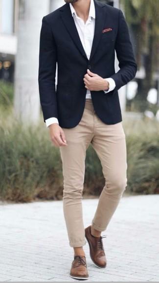 Коричневые кожаные туфли дерби: с чем носить и как сочетать: Если ты приписываешь себя к той редкой категории джентльменов, которые каждый день стараются одеваться безукоризненно, тебе придется по душе дуэт черного пиджака и светло-коричневых брюк чинос. Теперь почему бы не добавить в этот образ на каждый день чуточку изысканности с помощью коричневых кожаных туфель дерби?
