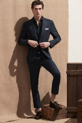 С чем носить черно-белый пиджак в шотландскую клетку мужчине: Если ты из той когорты мужчин, которые разбираются в моде, тебе подойдет дуэт черно-белого пиджака в шотландскую клетку и черных брюк чинос. Такой лук получает новое прочтение в тандеме с темно-коричневыми кожаными лоферами с кисточками.