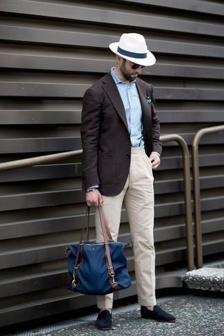 Темно-коричневый пиджак: с чем носить и как сочетать мужчине: Темно-коричневый пиджак и бежевые брюки чинос — необходимые вещи в гардеробе стильного современного парня. Любители модных экспериментов могут дополнить лук темно-синими замшевыми лоферами, тем самым добавив в него немного изысканности.