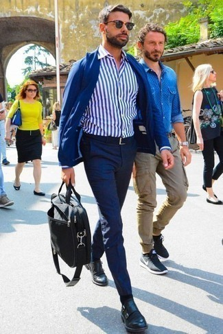 Бело-темно-синяя классическая рубашка в вертикальную полоску: с чем носить и как сочетать мужчине: Комбо из бело-темно-синей классической рубашки в вертикальную полоску и темно-синих брюк чинос — незаезженный вариант для парней, работающих в офисе. Уравновесить ансамбль и добавить в него толику классики позволят черные кожаные монки с двумя ремешками.