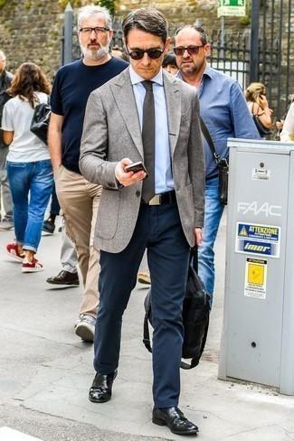 Модные мужские луки 2020 фото: Создав образ из серого пиджака и темно-синих брюк чинос, получим подходящий мужской образ для неофициальных встреч после работы. Думаешь добавить сюда нотку классики? Тогда в качестве дополнения к этому луку, стоит выбрать черные кожаные лоферы.