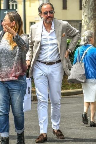 Модные мужские луки 2020 фото: Поклонникам стиля business casual понравится сочетание серого пиджака и белых брюк чинос. Думаешь привнести в этот наряд нотку изысканности? Тогда в качестве дополнения к этому луку, стоит обратить внимание на темно-коричневые замшевые лоферы с кисточками.