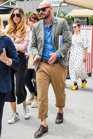 Светло-коричневые брюки чинос: с чем носить и как сочетать: Серый пиджак в сочетании со светло-коричневыми брюками чинос поможет выразить твою индивидуальность и выделиться из толпы. В сочетании с темно-коричневыми кожаными брогами такой образ выглядит особенно удачно.