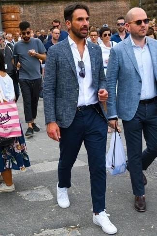 Темно-синий пиджак: с чем носить и как сочетать мужчине: Если ты приписываешь себя к той редкой группе мужчин, которые каждый день одеваются безукоризненно, тебе подойдет сочетание темно-синего пиджака и темно-синих брюк чинос. Если сочетание несочетаемого импонирует тебе не меньше, чем проверенная классика, заверши свой образ белыми низкими кедами из плотной ткани.