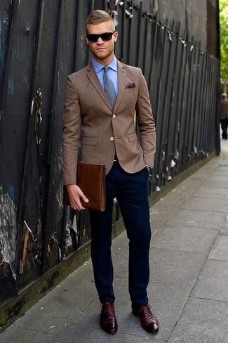 коричневый пиджак в паре с темно-синими брюками чинос поможет выразить твою индивидуальность и выделиться из толпы. Очень стильно здесь будут смотреться темно-красные кожаные оксфорды.