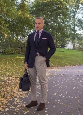 Темно-коричневые замшевые ботинки челси: с чем носить и как сочетать мужчине: Темно-синий пиджак и бежевые брюки чинос — беспроигрышный вариант для создания мужского образа в элегантно-деловом стиле. Не прочь добавить в этот образ немного строгости? Тогда в качестве дополнения к этому образу, стоит обратить внимание на темно-коричневые замшевые ботинки челси.