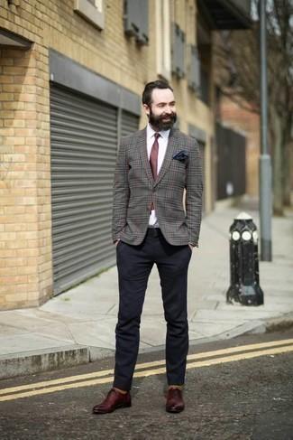 Темно-красный галстук: с чем носить и как сочетать мужчине: Серый пиджак в шотландскую клетку и темно-красный галстук — идеальный вариант для выхода в свет. Вкупе с этим образом прекрасно смотрятся темно-красные кожаные оксфорды.