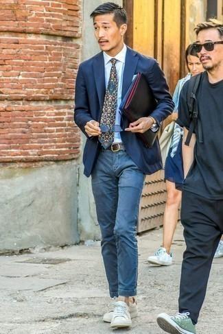 Голубая классическая рубашка: с чем носить и как сочетать мужчине: Если не знаешь, что надеть на свидание вечером, голубая классическая рубашка и синие брюки чинос — отличный вариант. Закончи лук белыми кожаными низкими кедами, если боишься, что он получится слишком зализанным.