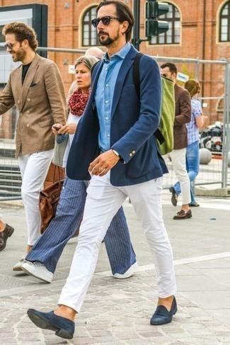Голубая классическая рубашка: с чем носить и как сочетать мужчине: Сочетание голубой классической рубашки и белых брюк чинос вне всякого сомнения будет привлекать взгляды прекрасных барышень. Хочешь добавить сюда толику классики? Тогда в качестве обуви к этому луку, стоит выбрать темно-синие замшевые лоферы.