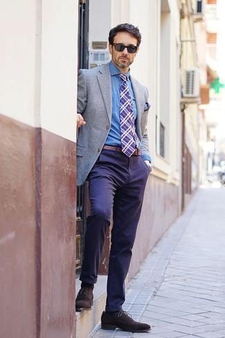 Темно-коричневые замшевые оксфорды: с чем носить и как сочетать: Если ты приписываешь себя к той редкой группе мужчин, разбирающихся в том, что стильно, а что нет, тебе подойдет тандем серого пиджака и темно-синих брюк чинос. Хотел бы сделать образ немного элегантнее? Тогда в качестве обуви к этому образу, стоит выбрать темно-коричневые замшевые оксфорды.