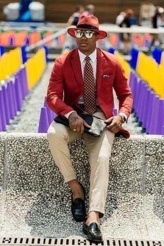 Модные мужские луки 2020 фото: Красный пиджак в паре с бежевыми брюками чинос может стать превосходным офисным луком. Любители модных экспериментов могут дополнить лук черными кожаными лоферами, тем самым добавив в него чуточку строгости.