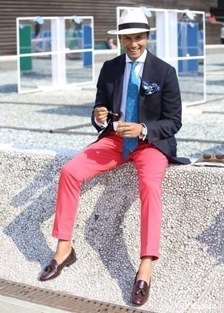 Модные мужские луки 2020 фото: Когда не знаешь, в чем пойти на свидание, темно-синий пиджак и ярко-розовые брюки чинос — идеальный вариант. Что до обуви, можно отдать предпочтение классике и выбрать темно-красные кожаные лоферы с кисточками.
