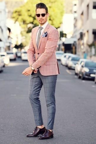 Серые брюки чинос в клетку: с чем носить и как сочетать: Несмотря на свою простоту, ансамбль из розового пиджака в клетку и серых брюк чинос в клетку неизменно нравится стильным мужчинам, покоряя при этом сердца девушек. Любишь эксперименты? Заверши лук темно-красными кожаными оксфордами.