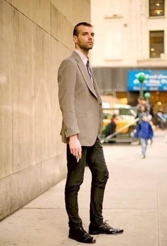 Темно-коричневые кожаные оксфорды: с чем носить и как сочетать: Сочетание светло-коричневого пиджака и темно-зеленых брюк чинос подходит и для работы в офисе, и для крутого вечера с друзьями. Думаешь добавить в этот наряд толику строгости? Тогда в качестве дополнения к этому образу, стоит выбрать темно-коричневые кожаные оксфорды.