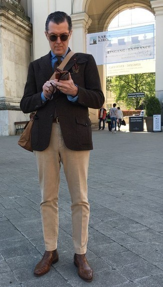 Темно-коричневый шерстяной пиджак: с чем носить и как сочетать мужчине: Сочетание темно-коричневого шерстяного пиджака и светло-коричневых брюк чинос — олицетворение привлекательного офисного стиля для джентльменов. Любители экспериментов могут дополнить лук коричневыми кожаными ботинками челси, тем самым добавив в него немного изысканности.