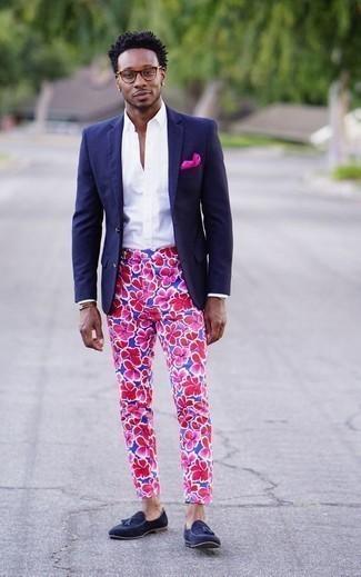 Модные мужские луки 2020 фото: Если ты приписываешь себя к той немногочисленной категории мужчин, которые каждый день смотрятся с иголочки, тебе понравится лук из темно-синего пиджака и синих брюк чинос с цветочным принтом. Боишься выглядеть несерьезно? Закончи этот образ темно-синими замшевыми лоферами с кисточками.