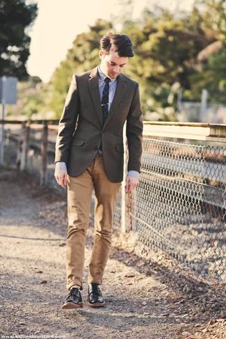 С чем носить черные кожаные туфли дерби: Сочетание коричневого шерстяного пиджака и светло-коричневых брюк чинос поможет составить модный, и в то же время мужественный ансамбль. Не прочь сделать ансамбль немного элегантнее? Тогда в качестве обуви к этому луку, обрати внимание на черные кожаные туфли дерби.