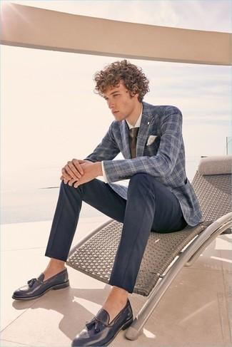 С чем носить классическую рубашку мужчине: Если ты приписываешь себя к той редкой категории мужчин, ориентирующихся в трендах, тебе понравится сочетание классической рубашки и темно-синих брюк чинос. Закончив ансамбль темно-синими кожаными лоферами с кисточками, ты привнесешь в него нотки мужественной элегантности.