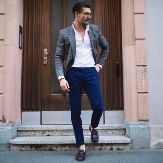 С чем носить классическую рубашку мужчине: Скопировать такой образ из классической рубашки и темно-синих брюк чинос нетрудно, главное - помнить о важности пропорций. Не прочь сделать ансамбль немного элегантнее? Тогда в качестве обуви к этому ансамблю, обрати внимание на темно-красные кожаные лоферы.
