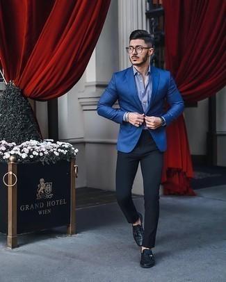 С чем носить бело-темно-синюю классическую рубашку в вертикальную полоску мужчине: Если ты из той когорты парней, которые разбираются в моде, тебе понравится дуэт бело-темно-синей классической рубашки в вертикальную полоску и черных брюк чинос. Хочешь сделать ансамбль немного элегантнее? Тогда в качестве обуви к этому ансамблю, стоит выбрать черные кожаные лоферы с кисточками.