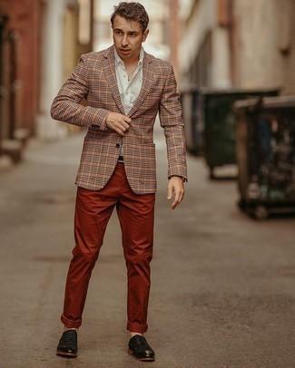 Мужские луки: Оранжевый пиджак в клетку и табачные брюки чинос будут великолепно смотреться в модном гардеробе самых взыскательных джентльменов. Если ты предпочитаешь смелые настроения в своих луках, закончи этот черными кожаными туфлями дерби.