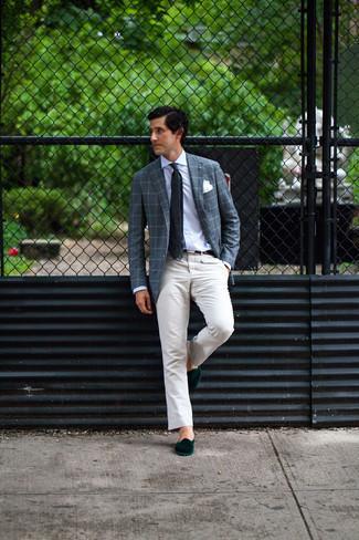 Мужские луки: Темно-синий пиджак в шотландскую клетку и бежевые брюки чинос — обязательные вещи в арсенале парней с превосходным чувством стиля. Закончив лук темно-зелеными бархатными лоферами, можно привнести в него немного привлекательного консерватизма.