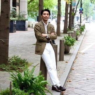 С чем носить оливковый шерстяной пиджак в клетку мужчине: Если ты из той категории парней, которые любят выглядеть с иголочки, тебе понравится лук из оливкового шерстяного пиджака в клетку и белых брюк чинос. Думаешь добавить сюда толику эффектности? Тогда в качестве дополнения к этому образу, обрати внимание на темно-коричневые кожаные лоферы.