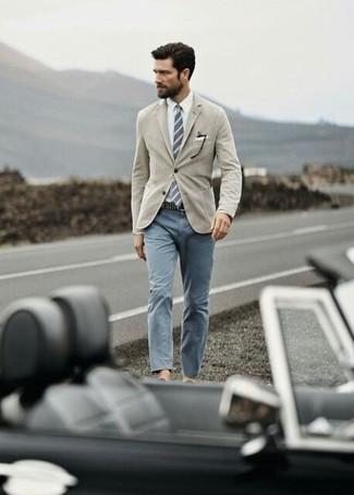 Как и с чем носить: светло-коричневый пиджак, белая классическая рубашка, серые брюки чинос, серый галстук в вертикальную полоску