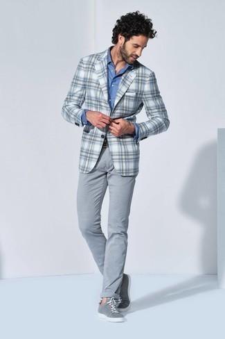 С чем носить бело-коричневый пиджак в шотландскую клетку мужчине: Бело-коричневый пиджак в шотландскую клетку и серые брюки чинос позволят создать необыденный мужской ансамбль для работы в офисе. Если подобный образ кажется слишком смелым, уравновесь его серыми низкими кедами из плотной ткани.