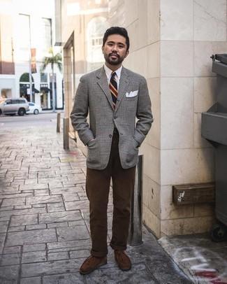 """С чем носить серый шерстяной пиджак с узором """"гусиные лапки"""" мужчине: Фанатам стиля смарт кэжуал полюбится лук из серого шерстяного пиджака с узором """"гусиные лапки"""" и темно-коричневых брюк чинос. Пара темно-коричневых замшевых ботинок дезертов отлично подходит к остальным составляющим ансамбля."""