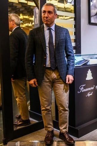 С чем носить темно-коричневые кожаные туфли дерби: Если ты принадлежишь к той немногочисленной категории мужчин, способных неплохо ориентироваться в моде, тебе придется по душе ансамбль из темно-синего шерстяного пиджака в шотландскую клетку и светло-коричневых брюк чинос. Любишь экспериментировать? Закончи образ темно-коричневыми кожаными туфлями дерби.