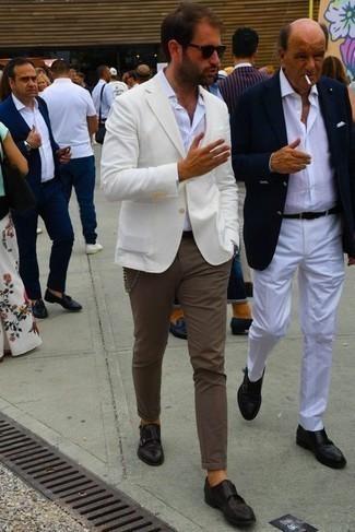 С чем носить коричневые брюки чинос: Белый пиджак и коричневые брюки чинос помогут создать гармоничный модный лук. Хочешь привнести в этот наряд толику строгости? Тогда в качестве дополнения к этому луку, обрати внимание на темно-коричневые кожаные монки с двумя ремешками.