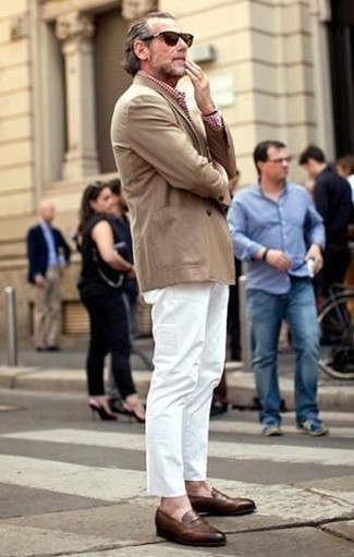 С чем носить коричневые кожаные лоферы мужчине: Светло-коричневый пиджак и белые брюки чинос будут стильно смотреться в модном гардеробе самых избирательных мужчин. Любители необычных луков могут завершить ансамбль коричневыми кожаными лоферами, тем самым добавив в него толику элегантности.
