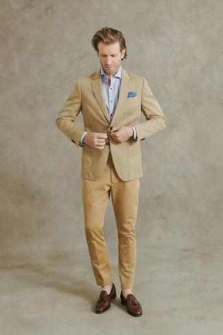 С чем носить светло-коричневые брюки чинос: Если ты принадлежишь к той немногочисленной категории джентльменов, ориентирующихся в том, что стильно, а что нет, тебе полюбится сочетание светло-коричневого пиджака и светло-коричневых брюк чинос. Хотел бы привнести сюда толику классики? Тогда в качестве дополнения к этому образу, стоит выбрать коричневые кожаные лоферы с кисточками.