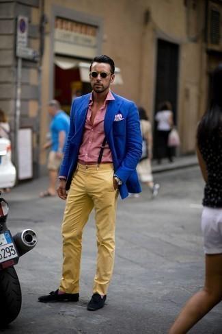 С чем носить пурпурные носки мужчине: Синий пиджак и пурпурные носки помогут создать простой и комфортный образ для выходного дня в парке или вечера в шумном заведении с друзьями. Хотел бы сделать образ немного элегантнее? Тогда в качестве обуви к этому ансамблю, стоит обратить внимание на черные замшевые лоферы с кисточками.