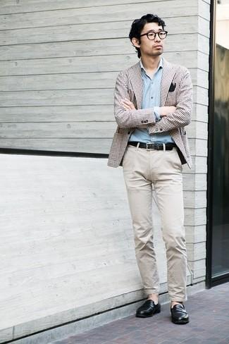 С чем носить черные кожаные лоферы мужчине: Коричневый пиджак в мелкую клетку и бежевые брюки чинос — идеальный мужской лук для свидания в дорогом ресторане. Хочешь сделать лук немного элегантнее? Тогда в качестве обуви к этому образу, обрати внимание на черные кожаные лоферы.