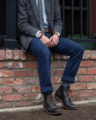 С чем носить темно-синие носки мужчине: Сочетание темно-серого шерстяного пиджака и темно-синих носков пользуется особым спросом среди ценителей практичного удобства. Думаешь сделать лук немного элегантнее? Тогда в качестве дополнения к этому ансамблю, обрати внимание на черные кожаные повседневные ботинки.