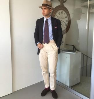 С чем носить темно-пурпурный галстук с принтом мужчине: Несмотря на то, что этот образ выглядит довольно консервативно, тандем черного пиджака и темно-пурпурного галстука с принтом всегда будет по вкусу стильным мужчинам, покоряя при этом дамские сердца. Темно-коричневые замшевые лоферы станут замечательным дополнением к твоему образу.