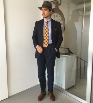 С чем носить темно-серую шерстяную шляпу мужчине: Если в одежде ты делаешь ставку на комфорт и функциональность, черный пиджак и темно-серая шерстяная шляпа — замечательный вариант для привлекательного мужского ансамбля на каждый день. Хотел бы сделать лук немного элегантнее? Тогда в качестве дополнения к этому ансамблю, стоит обратить внимание на темно-коричневые замшевые оксфорды.