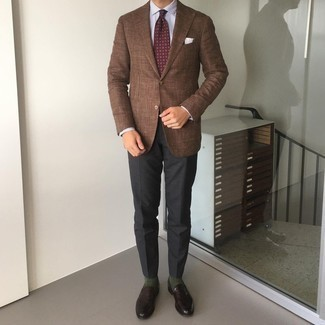 С чем носить темно-красный галстук с принтом мужчине: Несмотря на то, что этот лук выглядит достаточно выдержанно, лук из коричневого пиджака и темно-красного галстука с принтом всегда будет по душе джентльменам, покоряя при этом сердца дам. Темно-коричневые кожаные лоферы великолепно впишутся в лук.