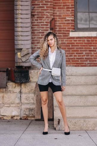 Как и с чем носить: серый пиджак в шотландскую клетку, белая классическая рубашка, черные велосипедки, черные замшевые туфли