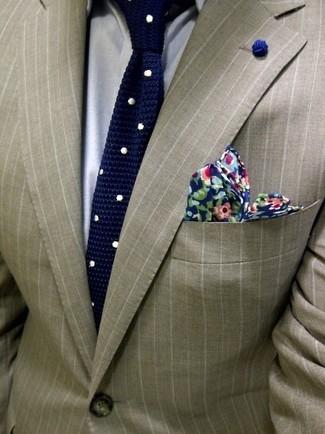 Сочетание светло-коричневого пиджака в вертикальную полоску и серой классической рубашки поможет реализовать классический мужской стиль.