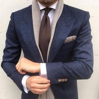 """Как и с чем носить: темно-синий шерстяной пиджак, белая классическая рубашка, темно-коричневый галстук, коричневый шелковый нагрудный платок с """"огурцами"""""""