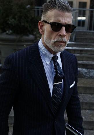 Сочетание темно-синего пиджака в вертикальную полоску и синей классической рубашки в вертикальную полоску позволит исполнить строгий деловой стиль.