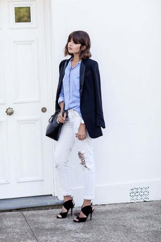 Как и с чем носить: темно-синий пиджак, голубая классическая рубашка, белые рваные джинсы-бойфренды, черные замшевые босоножки на каблуке