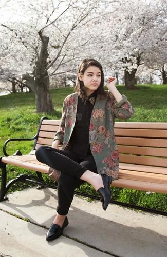 Как и с чем носить: оливковый пиджак с цветочным принтом, черная классическая рубашка, черные джинсы скинни, черные кожаные лоферы