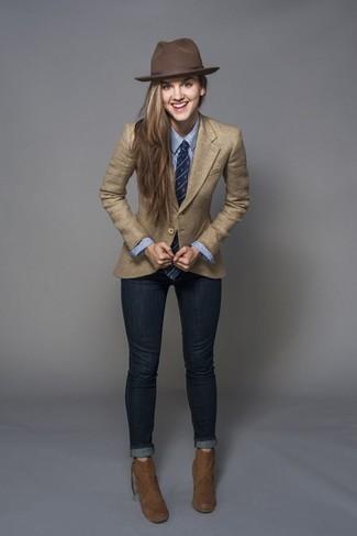 Как и с чем носить: светло-коричневый пиджак, синяя классическая рубашка в вертикальную полоску, темно-синие джинсы скинни, коричневые замшевые ботильоны