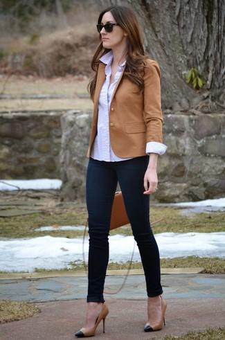 Как и с чем носить: светло-коричневый пиджак, белая классическая рубашка в горошек, темно-синие джинсы скинни, черно-светла-коричневые кожаные туфли